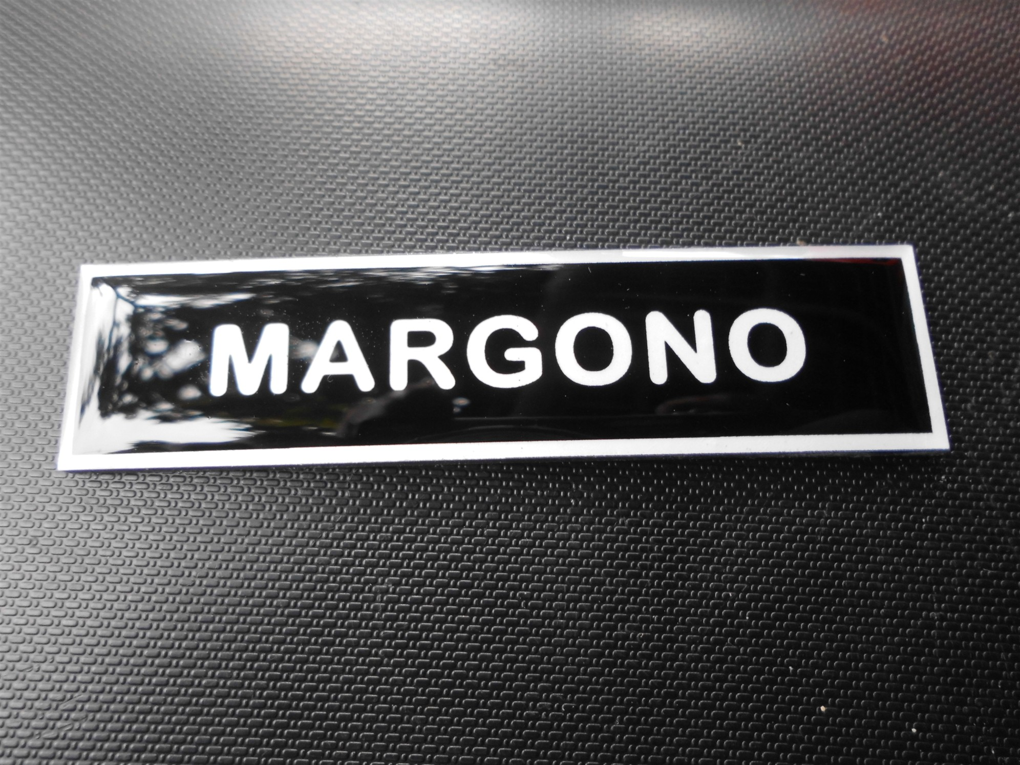 nama dada dasar hitam tulisan putih m a i pusat name tag papan